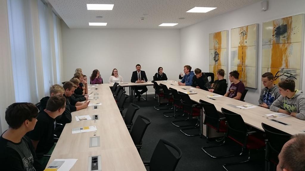 Schulklasse zu Besuch bei Florian Philipp im Landtag